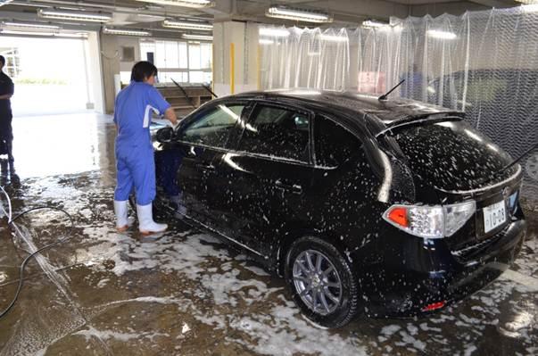 清掃サービス班、洗車の様子