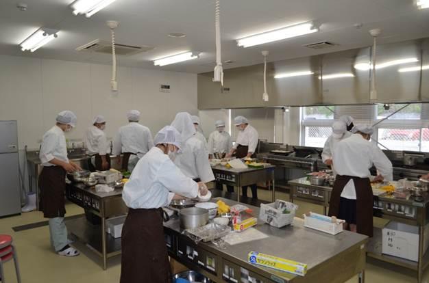 食堂サービス班、調理の様子