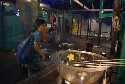 科学館で装置を動かす児童