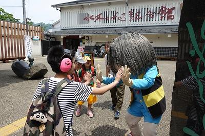 鬼太郎とハイタッチする子どもたち