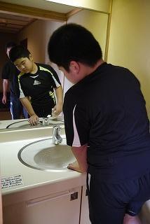 洗面台を拭いている様子