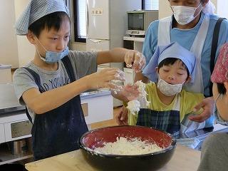小麦粉に水を入れて混ぜているところ