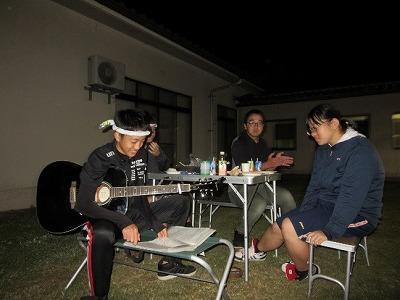 ギターを弾いているところ