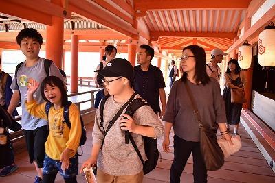 厳島神社を見学しているところ