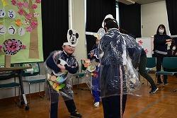 出し物でジャンボリーミッキーを踊る3年生