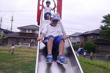 公園の滑り台で遊ぶ様子