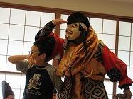 恵比寿の演目を一緒に参加する児童