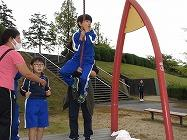 ターザンロープで遊ぶ子どもたち