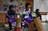 発表『神楽おろち』の太鼓をたたく6年生