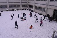 雪遊びをする子どもたちの様子(2階から)