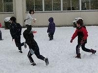 雪を投げ合う子どもたちの様子