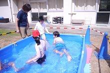 友だちと水遊びをする子どもたち