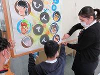 作品展の看板を立てている生徒たち