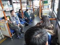 松江レイクラインバスに乗って移動する生徒たち