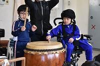 太鼓を演奏そる低学年の子どもたち