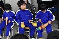 ギロ、ウッドブロックなどを演奏そる低学年の子どもたち