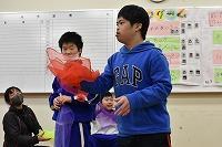 シフォンスカーフを振ってダンスをする高学年の子どもたち