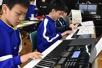 キーボードで演奏する高学年の子どもたち
