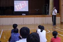 「すてき~!をもらう中学部の生徒たち.jpg