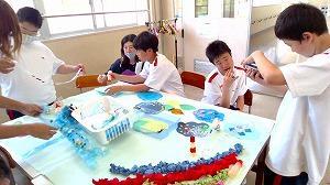 3年生が学部で修学旅行の発表をしている様子