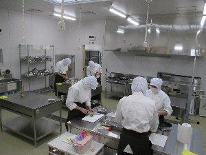 農産加工室での調理作業の様子